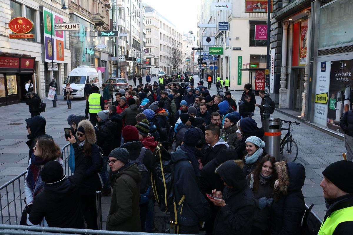 Apple Store Eröffnung in Wien - Warteschlange